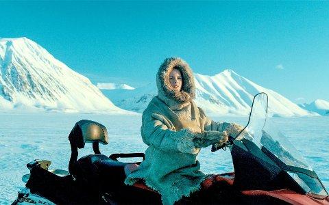 Operasjon arktis: Kaisa Antonsen fra Kråkerøy kommer meget godt fra sin spillefilmdebut. Hun både kjører snøscooter og skyter med rifle på Svalbard. foto: filmweb
