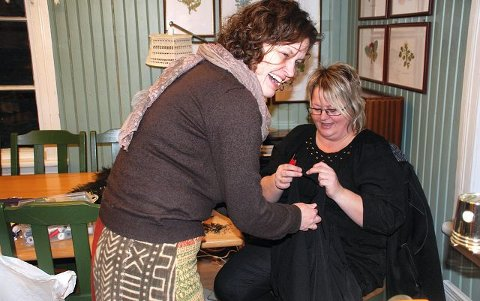 LAPPESØM: Nina Fauskerud fra Brumunddal har drevet en del med lappesøm før og gikk trøstig i gang med store spretteprosjekter for å sy om gamle klær.