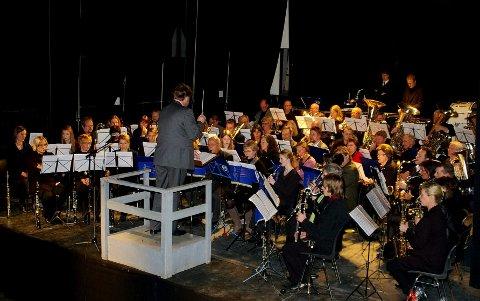 Det blir trangt om plassen når både Slemmestad Ungdomskorps og Stavern Agnes Musikkorps går sammen for å avslutte nyttårskonserten.