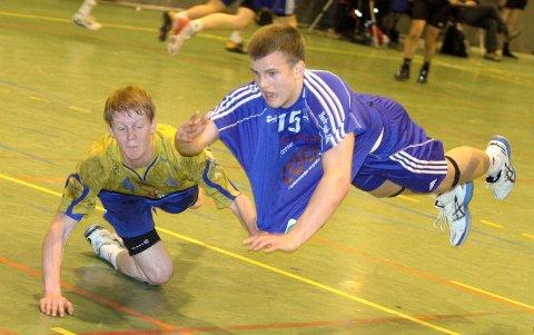 Oppsals Rune Røed Gauslå (høyre) kaster seg inn, men BSKs Espen Røhmer har allerede slått bort ballen.