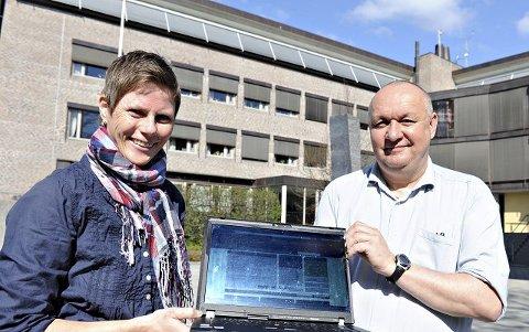 BRUKERVENNLIG: Mari Frogner Ruud og Bernt Søraa er stolte over å kunne presentere kommunens nye, mer brukervennlige nettside. FOTO: STÅLE WESETH