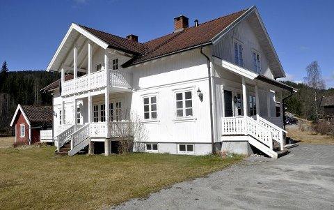 1998: Anita Hagen og Kjell Olav Nymoen var de første privatpersonene som fikk byggeskikkprisen for et nytt bolighus. Det står på Nymoen i Lisleherad.
