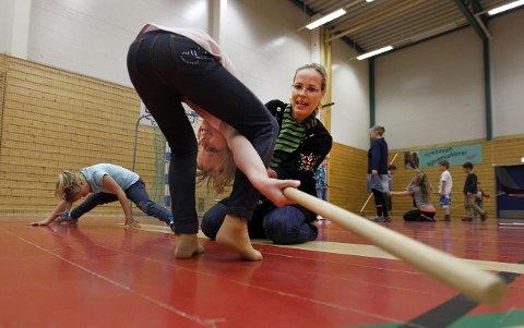 Marianne Tomasgård hjelper Emiliana Hilmarsdotir å «tre nåla».<B><I><U></B></U></I>