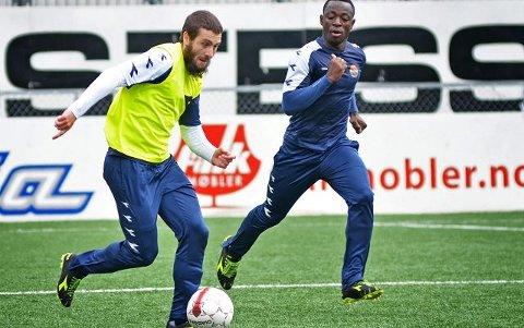 Mounir Hamoud (i gul vest) og Razak Nuhu kjemper begge om den samme backplassen i Strømsgodset. Nuhu har vært veldig god i rollen og har spilt samtlige seriekamper siden Hamoud måtte ut med en strekkskade i serieåpningen mot Molde.