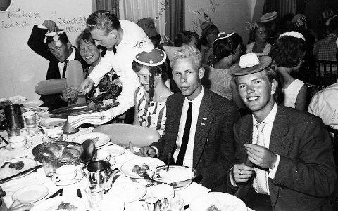 FASTE BORD: På skipsreisen fra Rotterdam til New York fikk 900 spente AFS-studenter mange nye venner. Til alle måltider satt de ved faste plasser. Gunhild Alvik fra Jar sitter nest innerst.