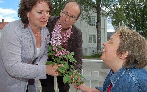 JUBLENDE GLAD: Heidi Bakken har et tøft halvår bak seg. Nå jubler hun og faren Thorbjørn. I går takket de advokat Ingebjørg Gaukerud for hjelpa og for at faren fortsatt skal ha omsorgen for Heidi. (Foto: Ingrid Nylund)