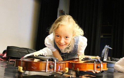Inspirert: Lotte Aspaas (9) fra Drøbak er stor fan av Alexander Rybak, og gleder seg til å spille med han. – Det blir det beste som skjer i hele år!, utbryter niåringen. FOTO: SILJE STRØMLAND