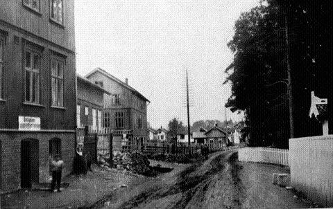 FORSAMLINGSLOKALE: De kom fra sør og nord, øst og vest til Notodden som kunne tilby arbeid for anleggsslusker og fabrikkarbeidere. Frelsesarmeen etablerte seg i kjellerlokalet til Carl Isaksen øverst i Storgata i 1908.
