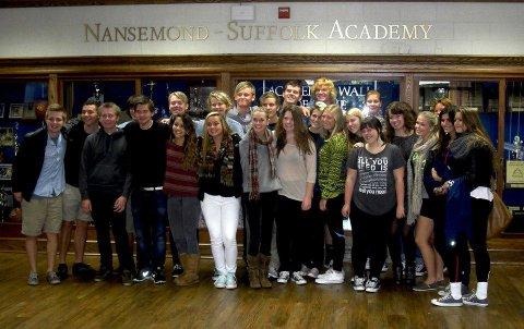 De amerikanske elevene som var verter for norske elever fra Malakoff og Kirkeparken kommer på utveksling denne uken. Her er gjengen avbildet på Nansemond Suffolk Academy i Suffolk, Virginia.