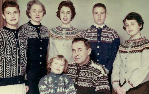NORSK STRIKK: Familien Yarbro fikk hver sin norske kofte i gave. Gro Nylander til venstre, deretter mor Francis, barna Ann, George og Mary. Foran sitter faren George med lille Amy.