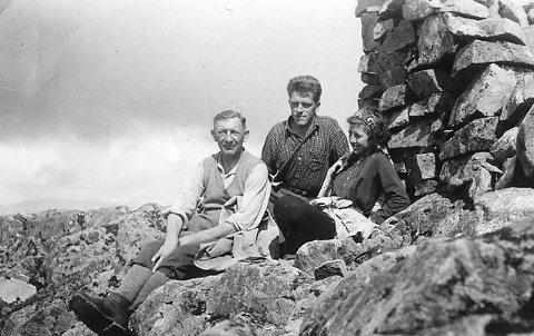 PÅ BITIHORN: Disse tre har tatt seg til toppen av fjellet Bitihorn sommeren 1935. Fjellet er 1607 m høyt og ligger i Jotunheimen, ikke langt fra Beito. Fotograf ukjent