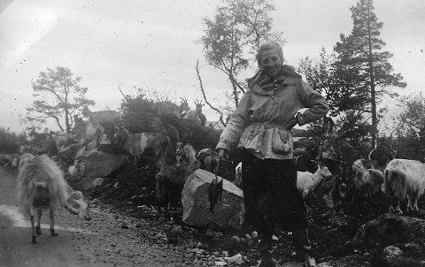 Fin fisk: Sommeren 1939 dro et ungt par på bilferie i Agder og Telemark, med en avstikker vestover til Røldal. Paret har hatt fiskelykken med seg. Fotograf ukjent