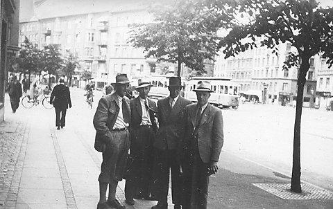 København: Disse dro på fotballkamp i København i 1948. Norge vant 2-1 etter scoringer av Jann Sørdal. De så seg også om på Sjælland. Fotograf ukjent