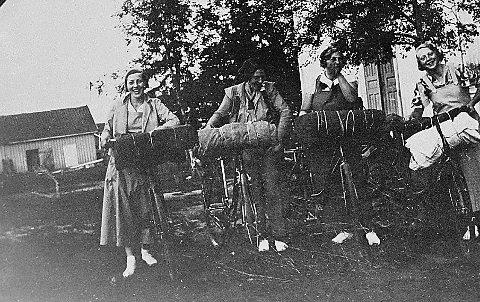 PÅ SYKKELTUR:  Disse jentene dro på sykkeltur til Flå i Hallingdal sommeren 1934: Astri Ruud, Else Krogh, Astrid Frestad og Grethe Hjell. Giver av bildet: Astri Jahr