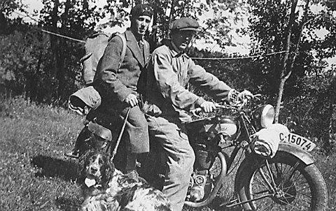På motorsykkel: Klare til årets sommertur i 1935. Åge Kaspersen (til venstre) og Henry Lauritzen er klare til avreise. Giver av bildet: Gunvor Andersen