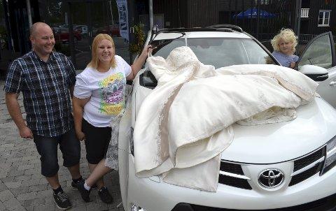 NY BIL: Brudgom Tore Solberg ordnet det slik at nybilen kom da han og bruden, Trude, hadde feiret bryllupsnatt. Til høyre eldstebarnet Tora, seks år.