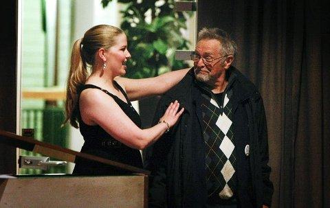 GJESTFRI: Kulturnatt er raus, og sopran Kristi Anna Isene ønsker publikummer Sigmund Myklevoll velkommen til Haugesund.