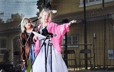 INFOKLOVNER: Sylvi Aalde (til venstre) og Thyra Eljarbø var informasjonsklovner under årets Barnas Verdensdag i Ås.