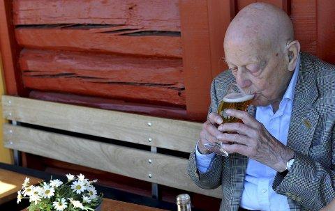 1 Øl og fiskesuppe på Brygga smaker ham utmerket. Carl Falck er bereist og har alltid likt å spise ute. 2 Én gang i året tar sønnen Jacob med faren Carl Falck på biltur til hjemtraktene. Her er far og sønn i Øvre Langgate. 3 Bryggegjest Cora Halsan kan ikke tro at denne mannen er 107 år. 4 – Det er hyggelig å være tilbake, sier Falck, ser ut over fjorden og forteller om snekketurene med broren Trygve.