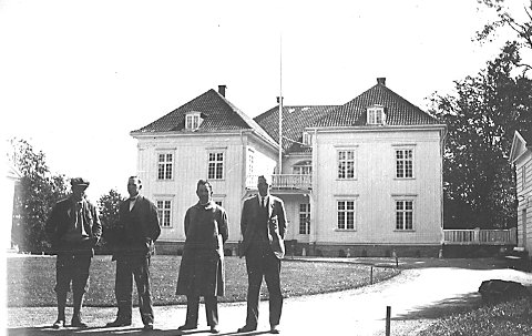 På eidsvoll: Disse fire har stoppet ved Eidsvollsbygningen sommeren 1930. Målet for turen var landsskytterstevnet i Trondheim. Fotograf ukjent