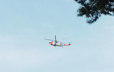 En leser har sendt oss dette bildet av Sea King-helikopteret som deltok i søket etter den savnede båtføreren. - Det har blant annet hengt over Grimsøya, Granholmen og Løkkevika lørdag morgen, sier fotografen.