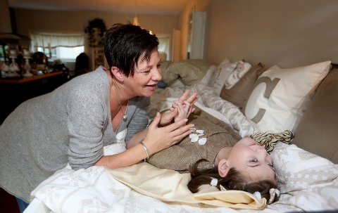 NÆRE: Celine Slåen (9) kan bare uttrykke seg gjennom lyder og rykkvise bevegelser. Moren Monica Slåen kaller datteren for «Diamanten». – Da hun ble født, kalte faren min henne for «Prinsessa». Men de to ble så glade i hverandre at han oppgraderte henne til «Diamanten», smiler Monica.