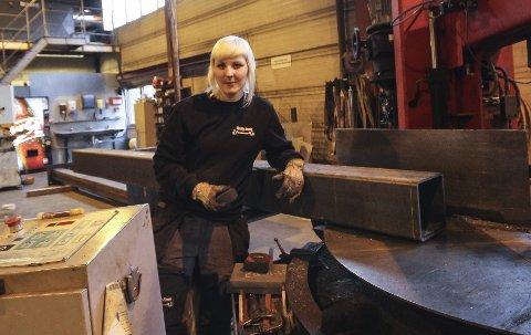 Svenske Elina Engvald har hatt jobb på bedriften i et par måneder og stortrives.