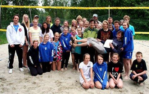 Ragnar Wisløff løftes til værs av medlemmer i Kolbotn volleyballgruppe på sandvolleyballbanene han selv sto i bresjen for å få lagd. I går fikk han Volleyballforbundets hedersbevisning i sølv for sin innsats innen volleyballen. FOTO: KNUT STENSETH