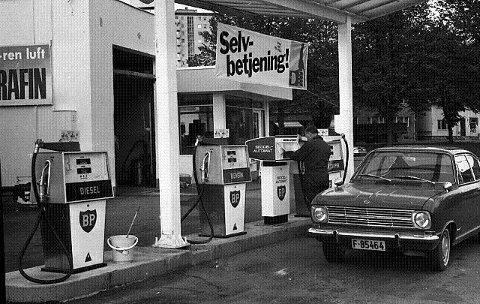 1970: Her fylles det full tank på BP på Rundtom – i 1970. FOTO: DT-ARKIV