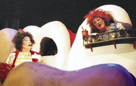 GAP OPP: Karius (Linda Tørklep) og Baktus (Christine Stoesen med rødt hår), går en dramatisk skjebne i møte når tannlegen kommer.  Riksteatret markerer Thorbjørn Egners 100-årsdag med barneklassikeren. Turnéstart på Nøtterøy i ettermiddag. Foto: Erik Berg