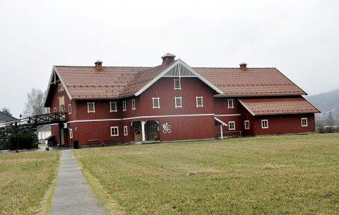 1997: Stiftelsen Heddal kyrkjetun var den aller første mottakeren av Byggeskikkprisen for den nye Låvekyrkja i Heddal.