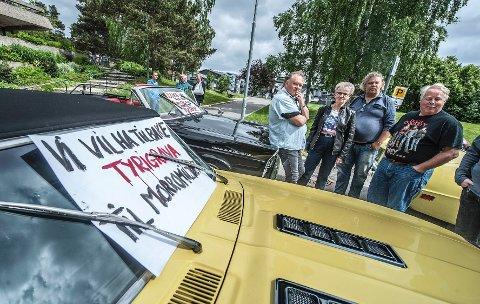 SKUFFET: Motorfolket hadde møtt opp med biler og motorsykler ved rådhuset i Oppegård. De vil ha Tyrigrava som den har vært og tror ikke på samarbeid med kunstnerne. Foto: Christian Clausen
