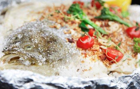 Saltet piggvar, bakt på bål eller grill i cirka 25 minutter, gir et saftig fiskekjøtt.
