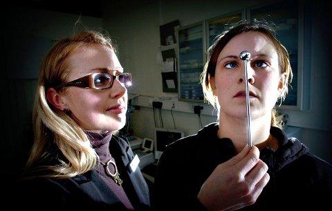 Først da Ann Helen Grande startet med synstrening hos optiker Ane Christine Rudi Gundersen forsvant den daglige hodepinen. ALLE FOTO: ERIK HAGEN
