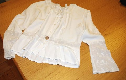 SKJORTER: En av Toves mange hvite skjorter ble definitivt ny uten klassiske snipper, men med rund hals og nye mansjetter fra en annen bluse.