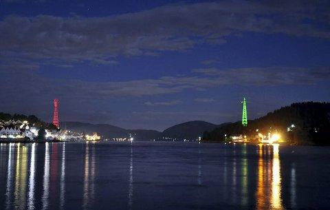 LYSMASTER: Litt etter klokken 2300 torsdag kveld, ble det lys i monstermastene på hver sin side av Svelvikstrømmen. Lyset skal etter planen bli et fast innslag for sjøfarende i Drammensfjorden.