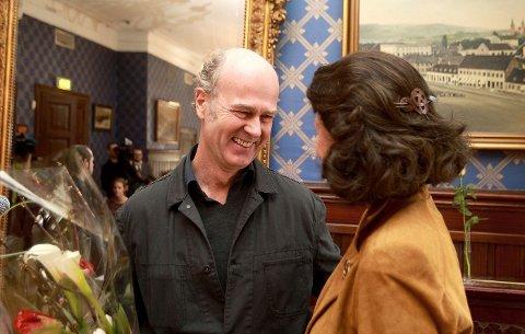 PRISBELØNNET: I mars fikk Erik Poppe overrakt Filmkritikerprisen av Åse Kleveland for filmen «Tusen ganger god natt», nå kan han kanskje hankeinn syv Amanda-priser. FOTO: KARL BRAANAAS