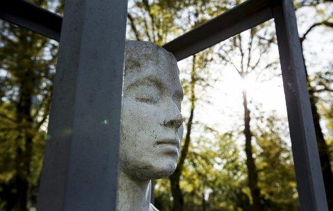 Man skal ikke bare forstå: Birthe Marie Løveids verk «Ut av parken» som befinner seg i Lykkebergparken har en tilsvarende skulptur i Aalborg. Jens Hauglin fra Fredrikstad sier at kunst ikke handler om å forstå, men å oppleve.