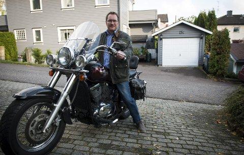 SPENNING: Han er glad i å kjøre motorsykkel, men betegner seg selv som trygg mer enn spennende. foto: kjetil broms