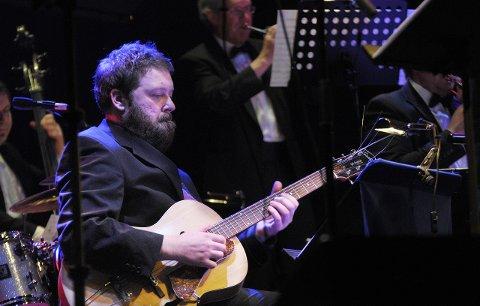 1_Inngangsord: Endre Engebretsen på gitar spilte i lørdag kveld i Ski Rådhusteateret. Foto: Daniel Gauslaa.