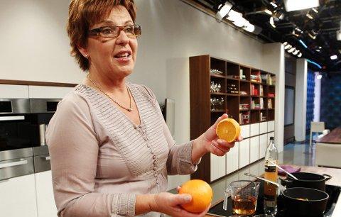 Wenche Andersen, kokk i God Morgen Norge på TV 2, viser hvordan man lager hjemmelaget gløgg.