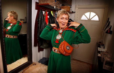 Anita Persdatter Ravna, bosatt på Ørejordet de siste 11 årene, ligger an til å bli første mossing med plass i Sametinget. Her tar hun på seg Tanakofte