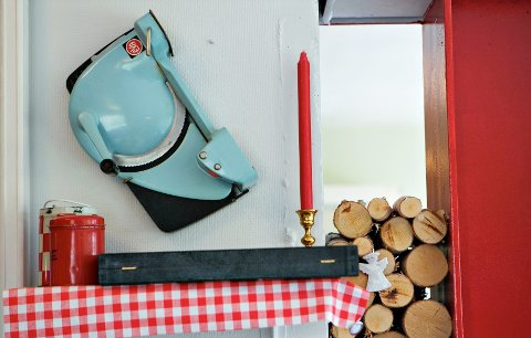 På kafeen Kanskje kommer kongen får blant annet en gammel brødskjærer pynte opp veggene.