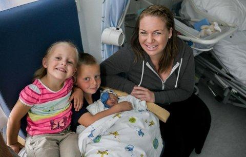 NYTT FAMILIEMEDLEM: Enya Milea og Emil Luca sammen med lillebror Noah og Noahs mamma Anette. (Foto: Silje Gomnæs)