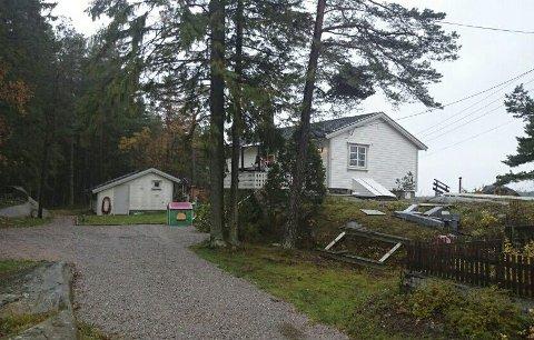 Må rives: Fredrikstad kommune med støtte fra fylkesmannen mener at det lille uthuset i bakkant av hytta må rives for å få utvide hytta til 70 kvadratmeter. Foto: PRIVAT