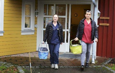 KONTAKT: Silje Sundvall Tønnesen og Rannveig Velken i hjemmetjenesten er i direkte kontakt med mange eldre. – For noen er alkoholen den eneste kosen de har igjen, sier Velken. Foto: Per Gilding