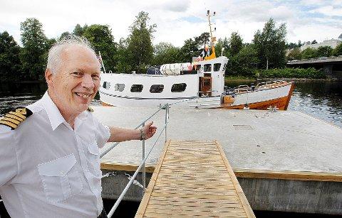 Skipper Georg Milvang viser frem den nye brygga og Riggfar i bakgrunnen.
