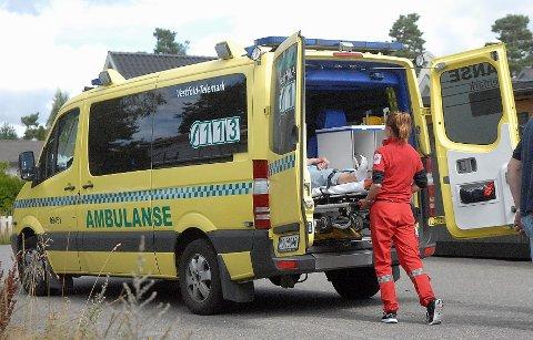 En kvinne i 70-årene har pådratt seg moderate skader etter å ha havnet under sin egen bil på Åsane i Sandefjord fredag.