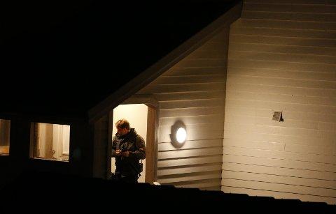 Fredag kveld opplyser politiet at en kvinne døde av skuddskadene hun ble påført i en leilighet på Vea på Karmøy.