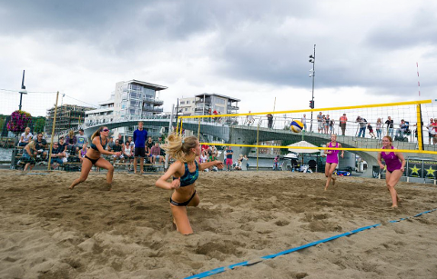 Det er sandvolleyballen som har preget sentrum denne helgen.